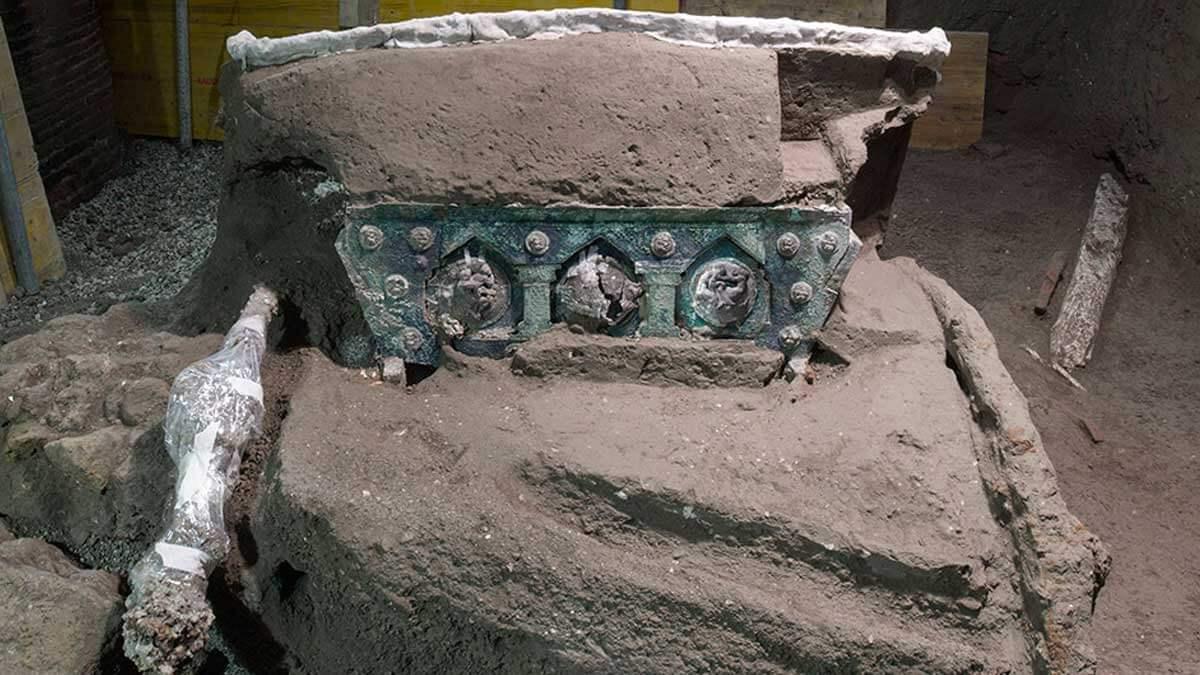 Невероятная церемониальная колесница обнаружена в Помпеях