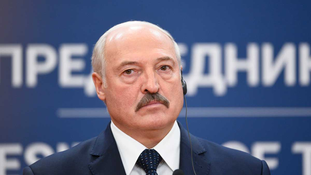 Президент Белоруссии Александр Лукашенко смотрит