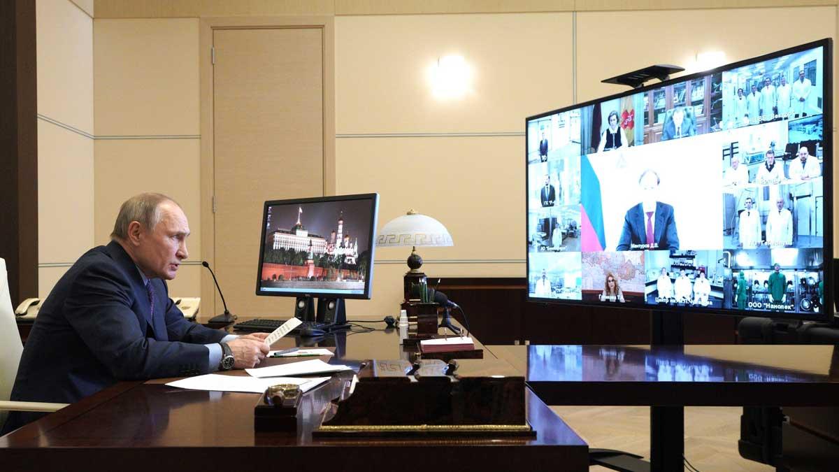 Владимир Путин онлайн мониторы за столом