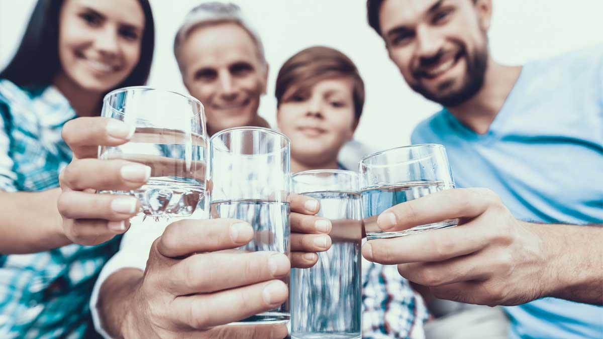 Семья стаканы вода руки