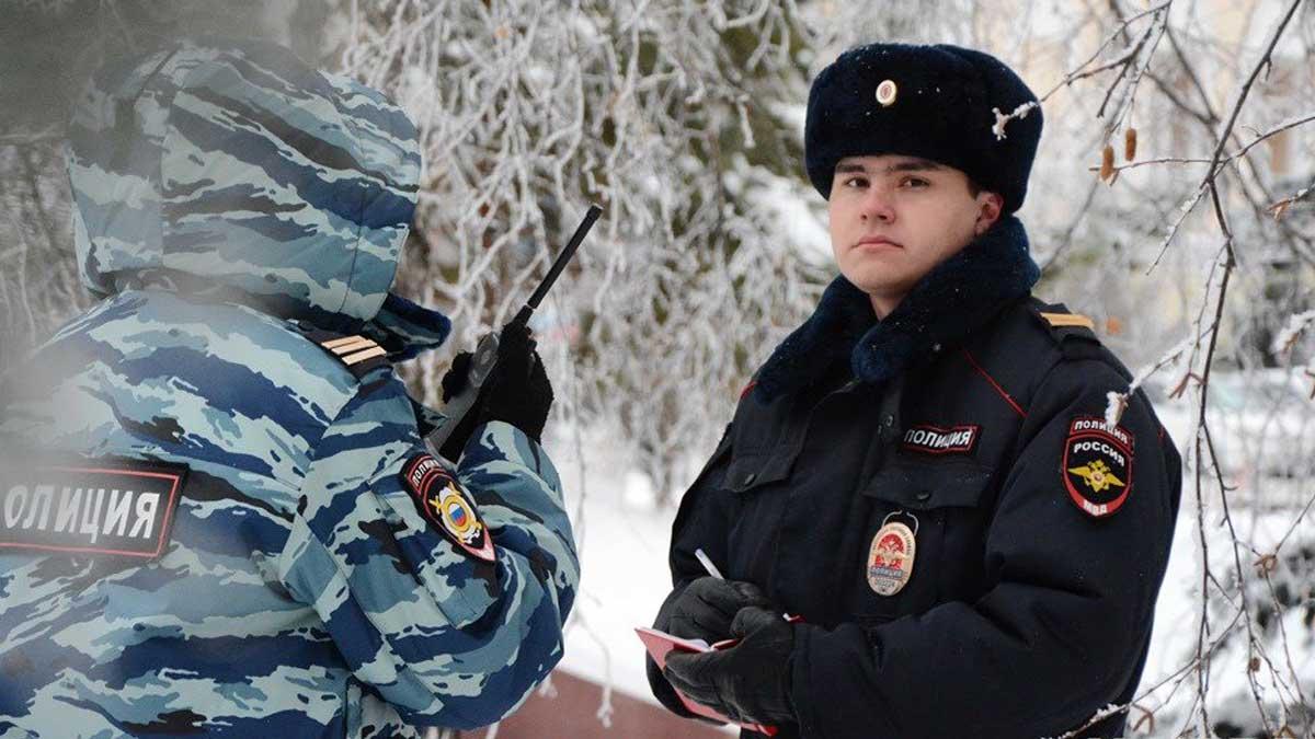 Сотрудники полиции записывает ручка рация снег