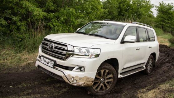 Toyota Land Cruiser in the mud в грязи