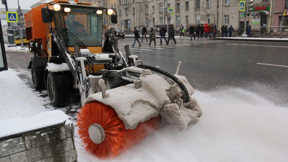 Уборка улиц в Санкт-Петербурге снег