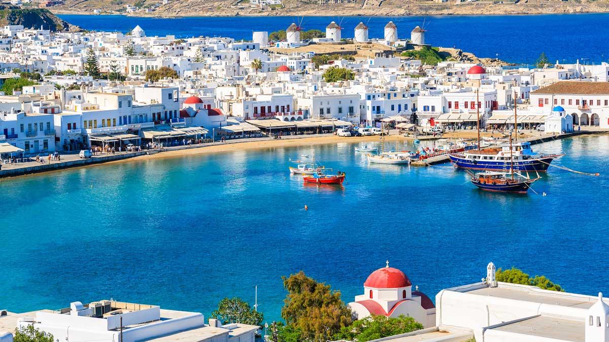 Вид на порт Миконоса с лодками, острова Киклады, Греция