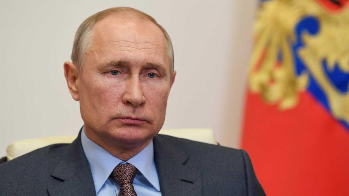 Владимир Путин смотрит флаг