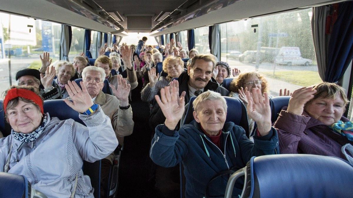 пожилые в автобусе
