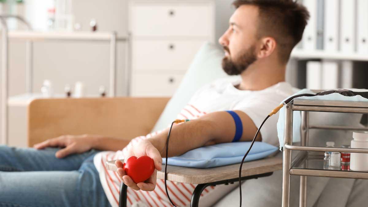 мужчина сдает кровь сердце