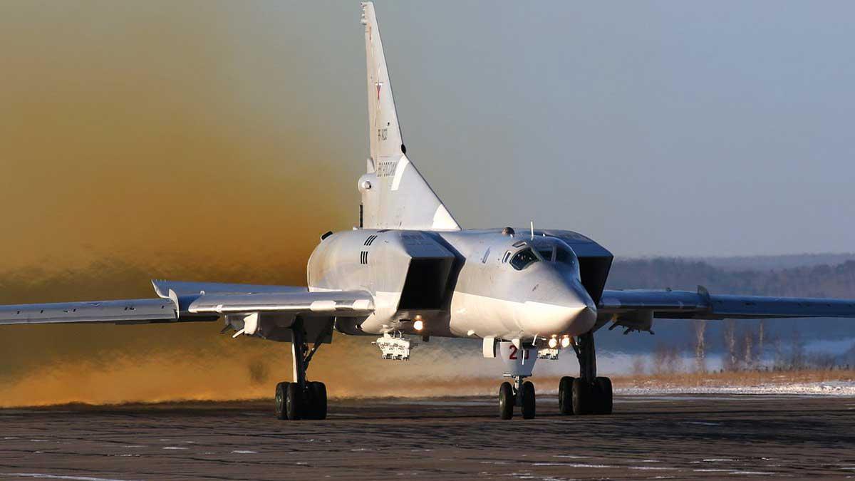 бомбардировщик Ту-22М3 на полосе