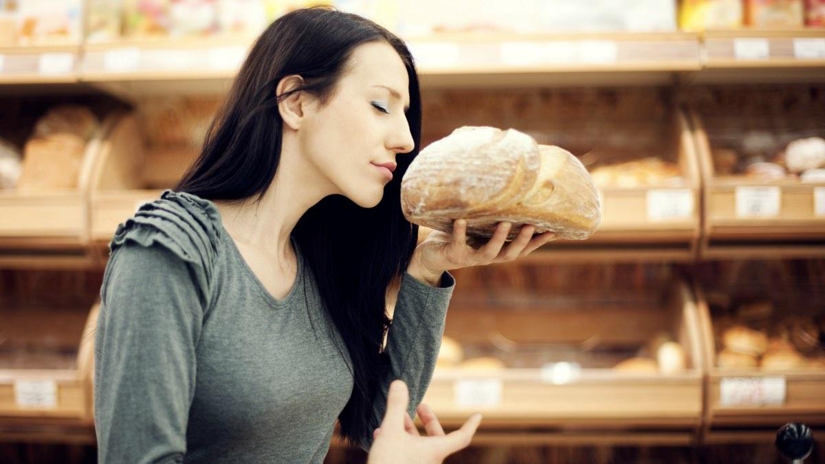 девушка и свежий хлеб