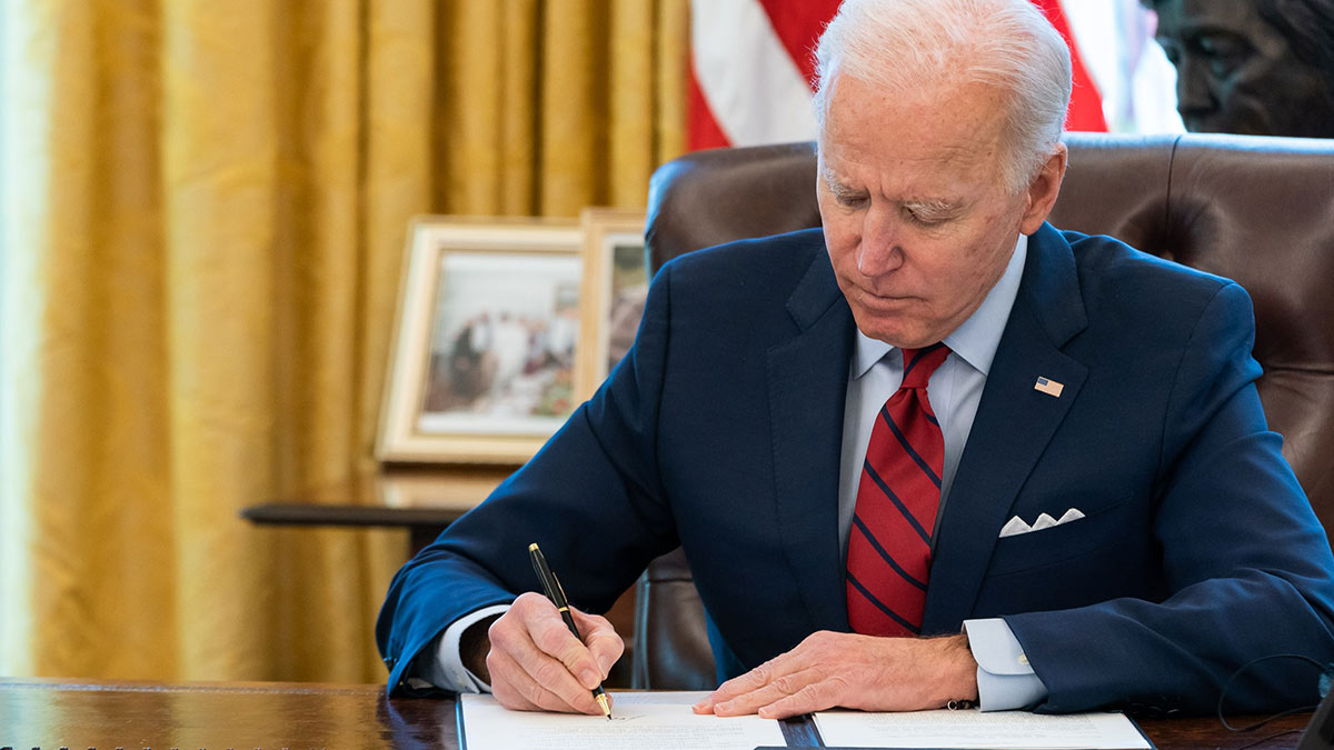 президент сша джо байден подписывает документы