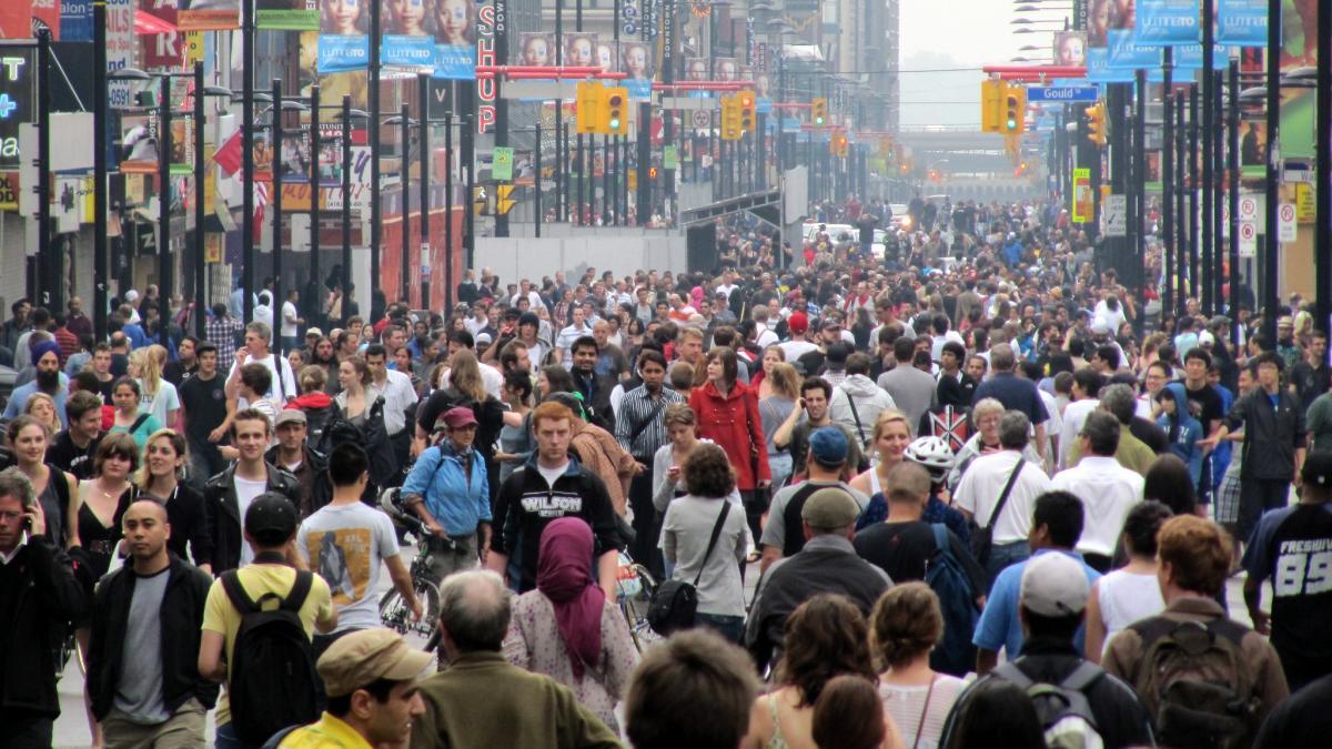 толпа на улице Торонто Канада