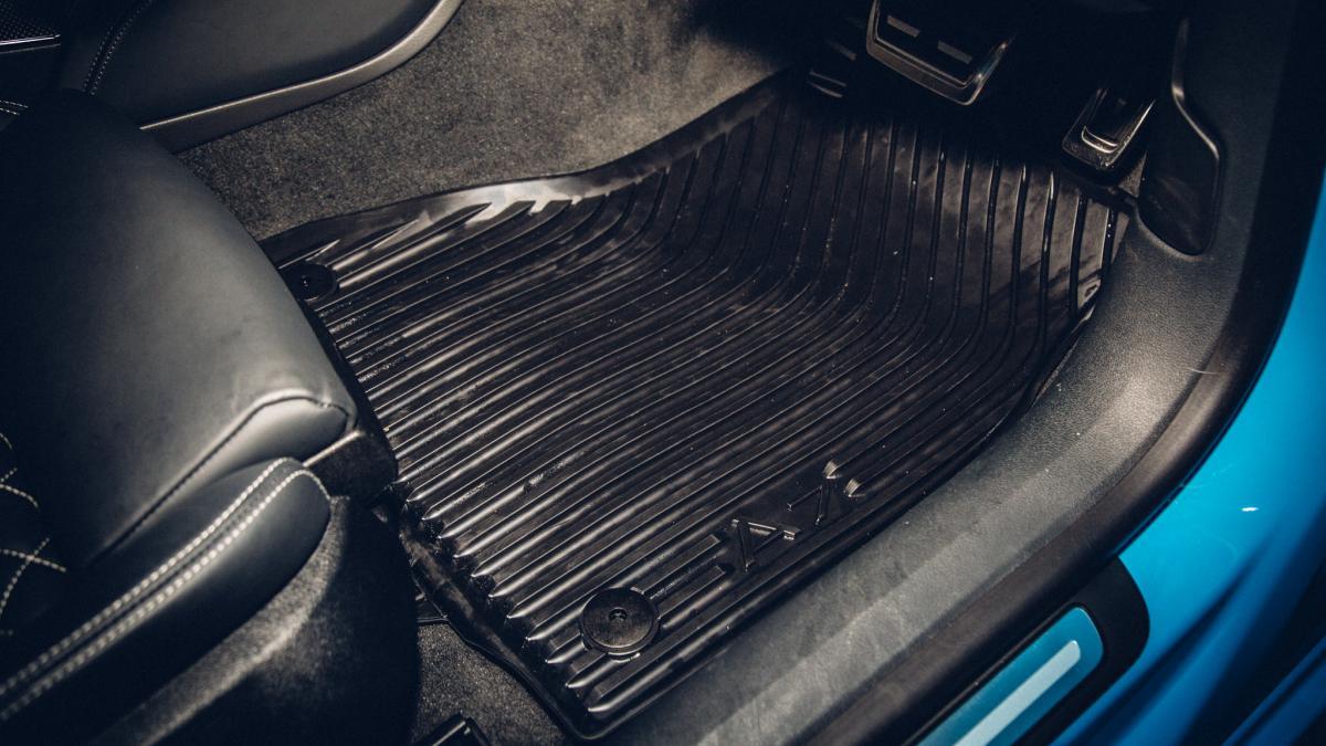 резиновый коврик в салоне автомобиля