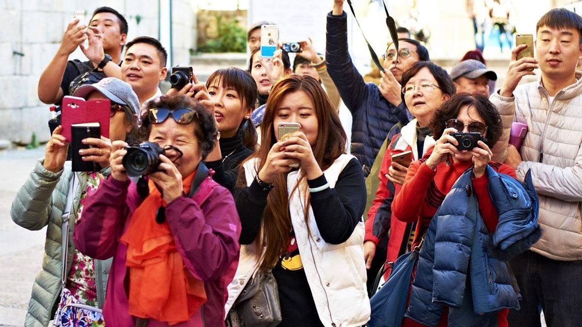Китайские туристы с фотоаппаратами