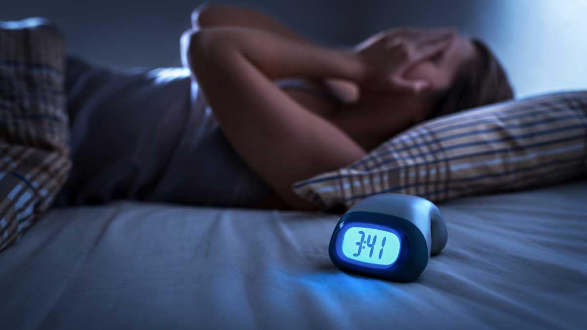 insomnia бесоница мужчина спит кровать будильник