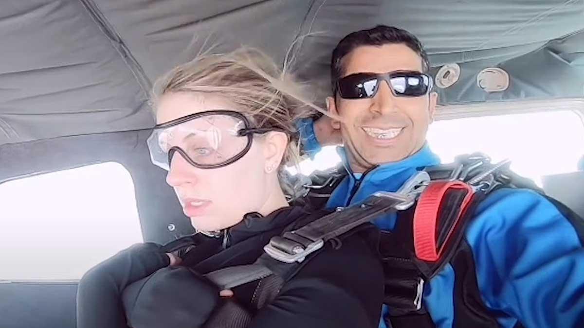 кадр видео парашютист