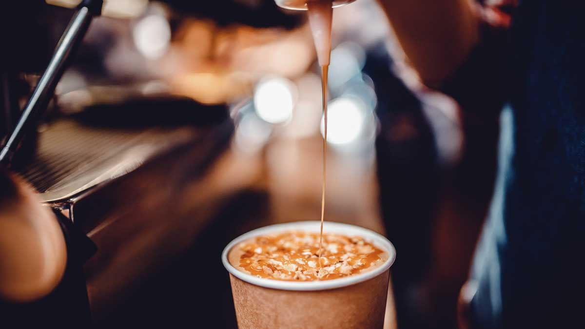 кофе и карамельный сироп coffee and syrups