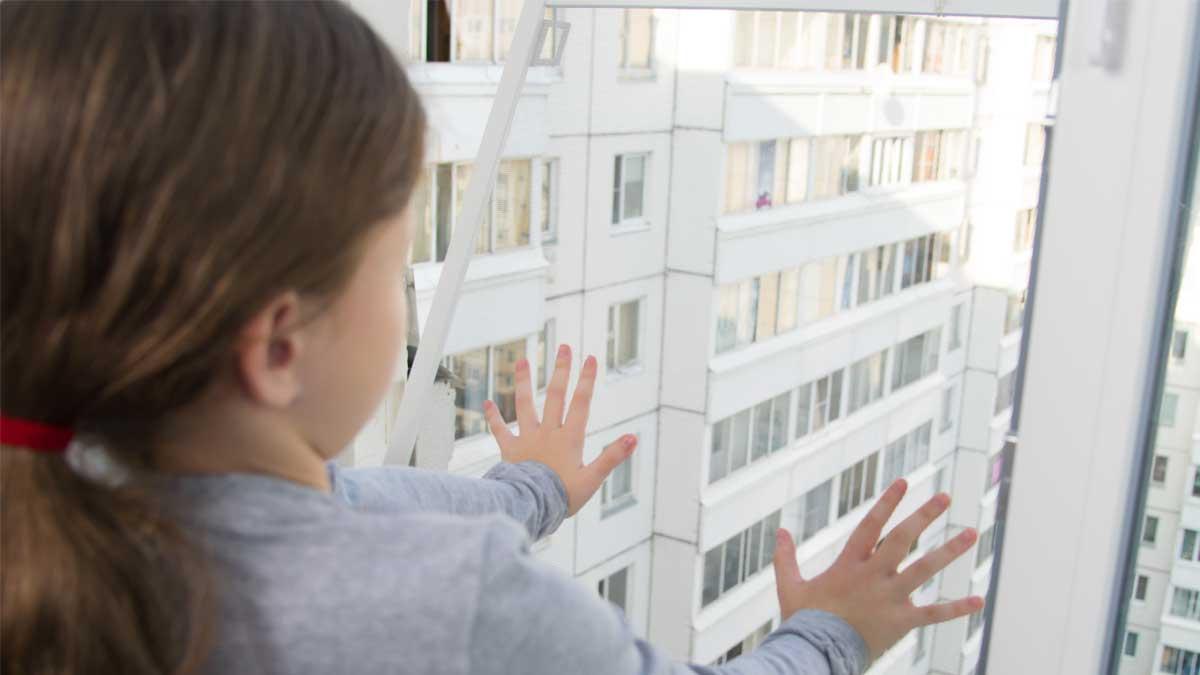 маленькая девочка открытое окно