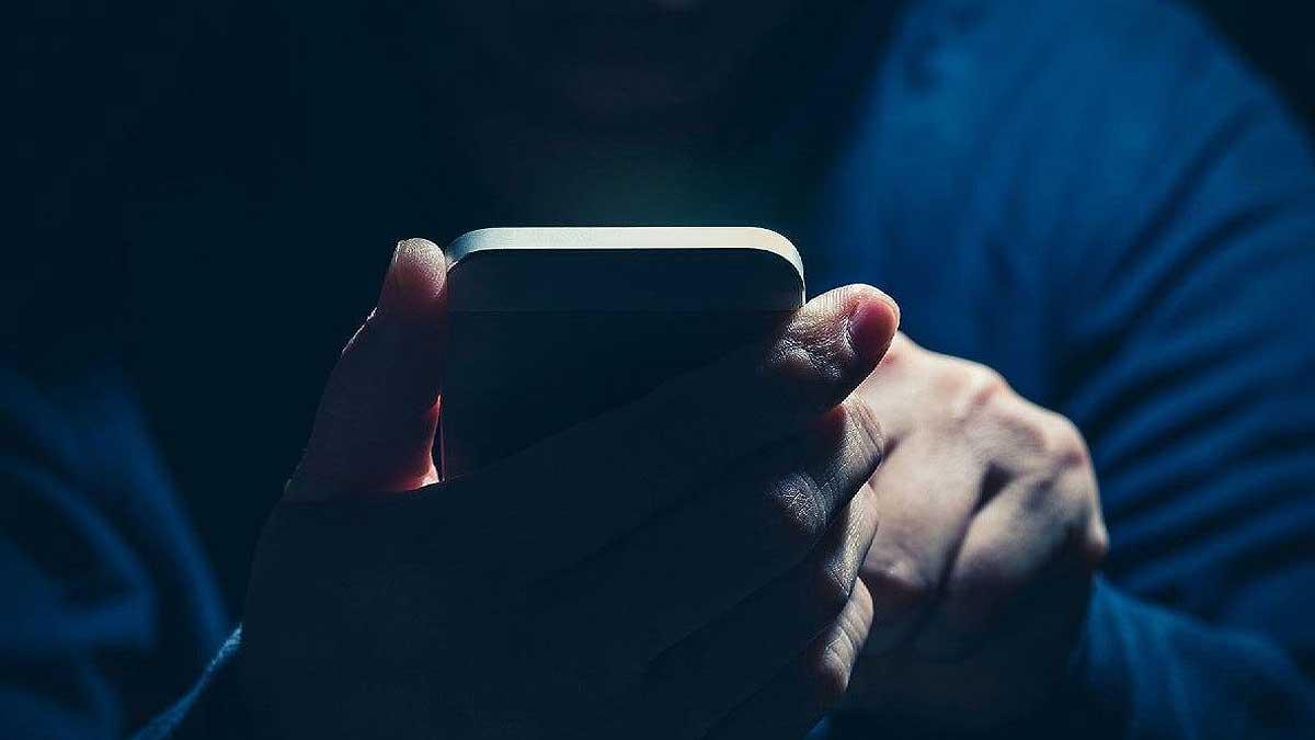 человек капюшон телефон
