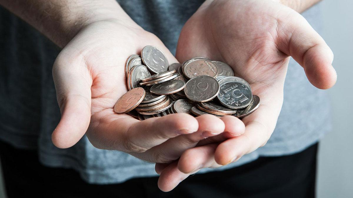 пятирублевые монеты в руках