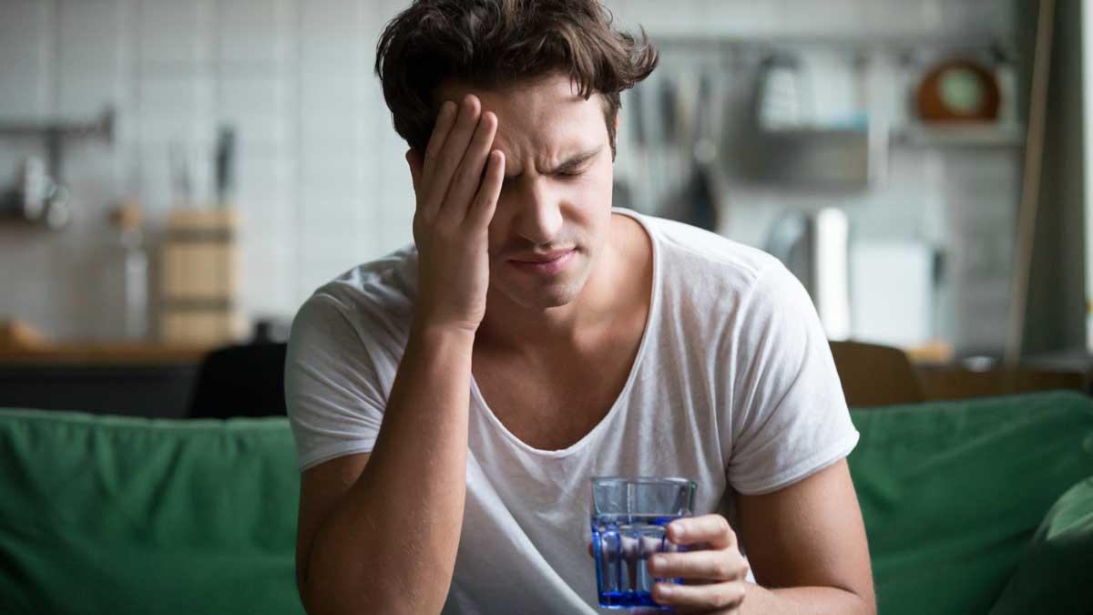 мужчина болит голова похмелье стакан воды