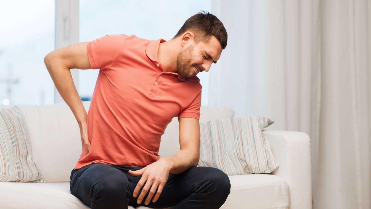 мужчина на диване болят почки