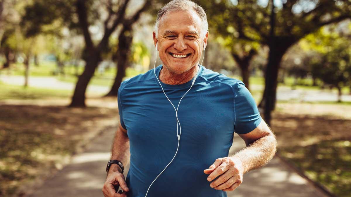 мужчина наушники парк бег