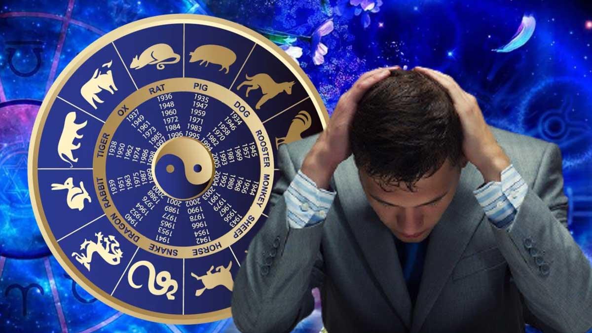 мужчина опустил голову держит руками знаки зодиака