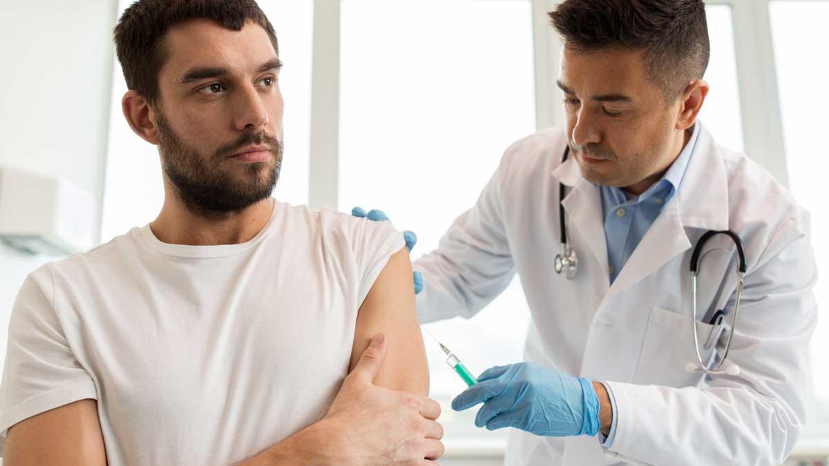 мужчина вакцинация врач шприц укол