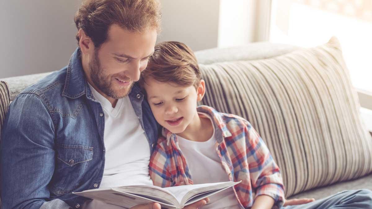 папа отец сын ребенок читают книгу