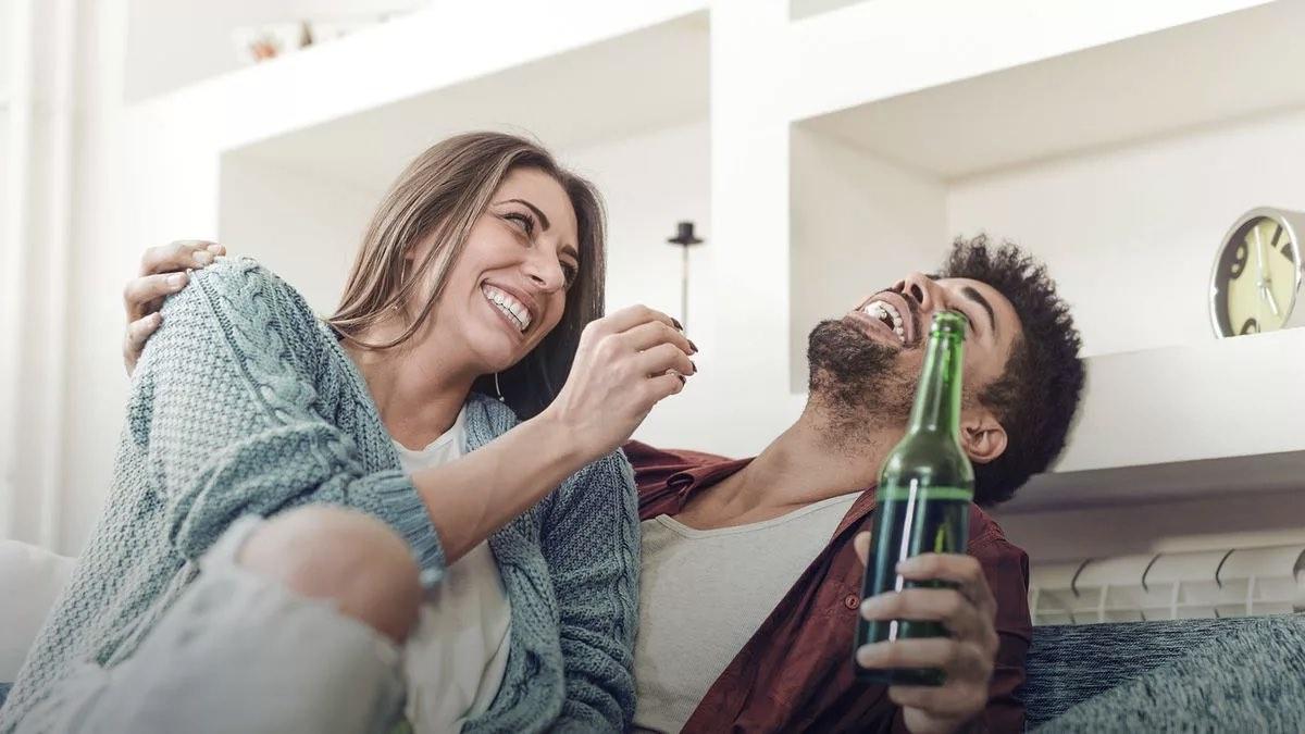пара пьет пиво