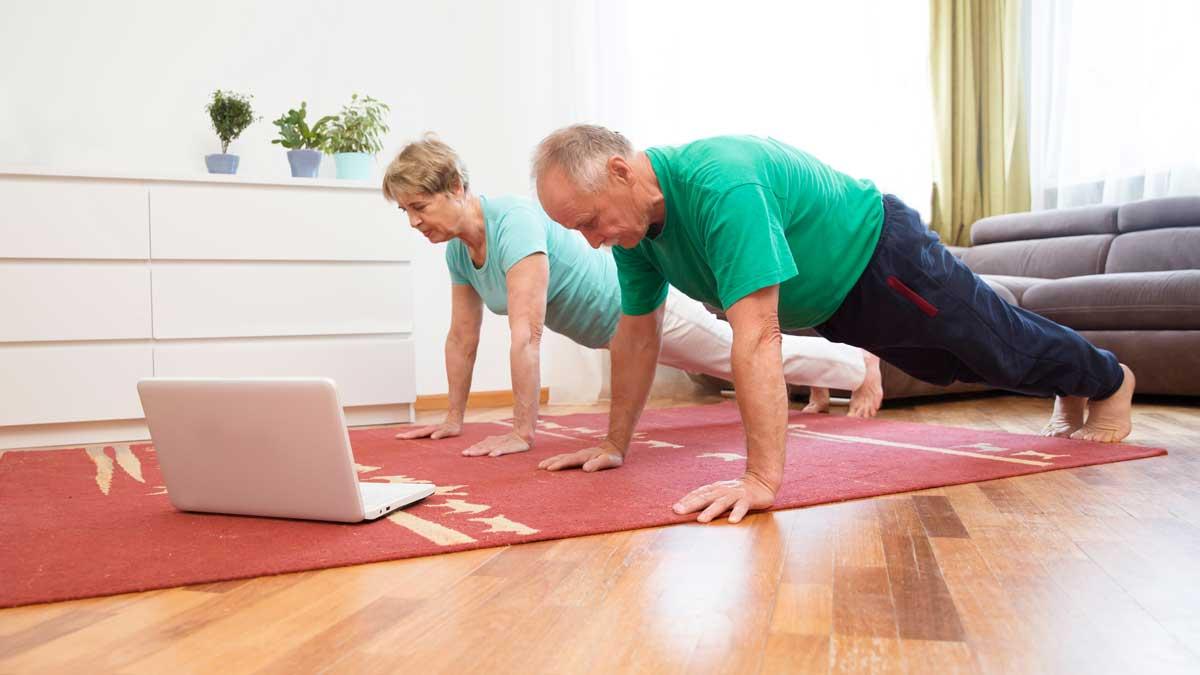 пожилые люди дома занимаются спортом