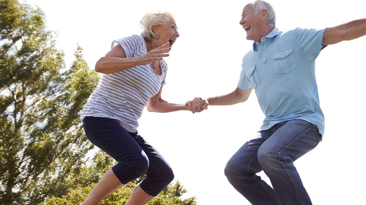 пожилые люди прыгают на скакалке