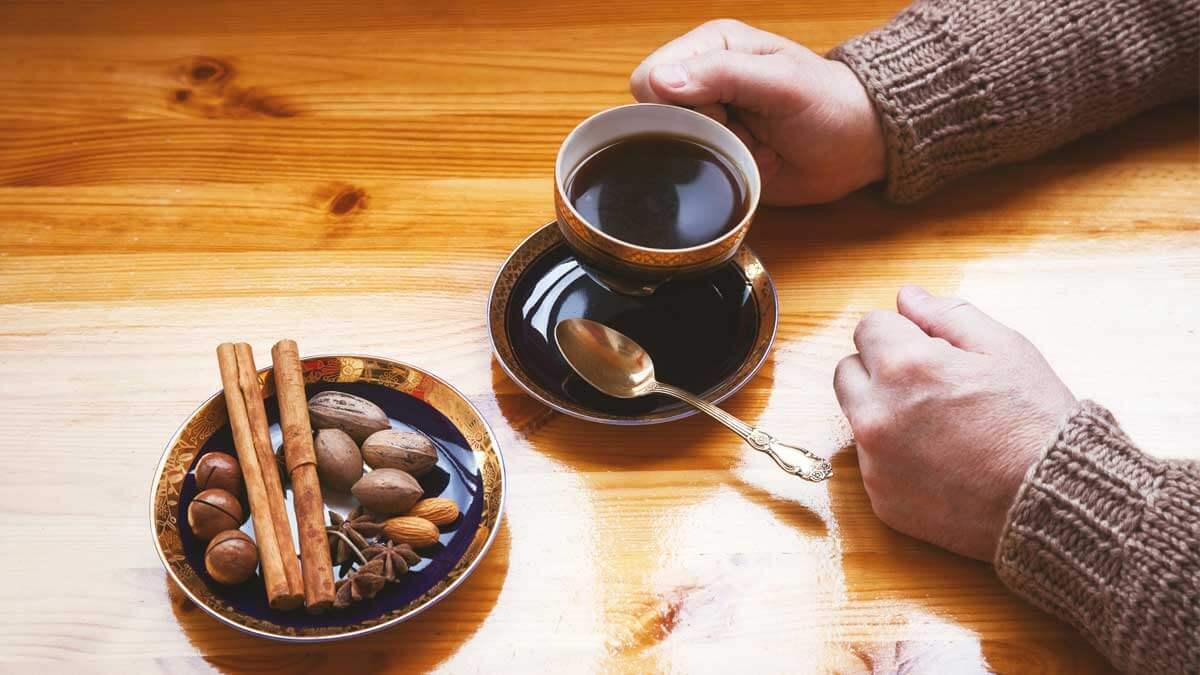 пожилые руки кофе корица стол