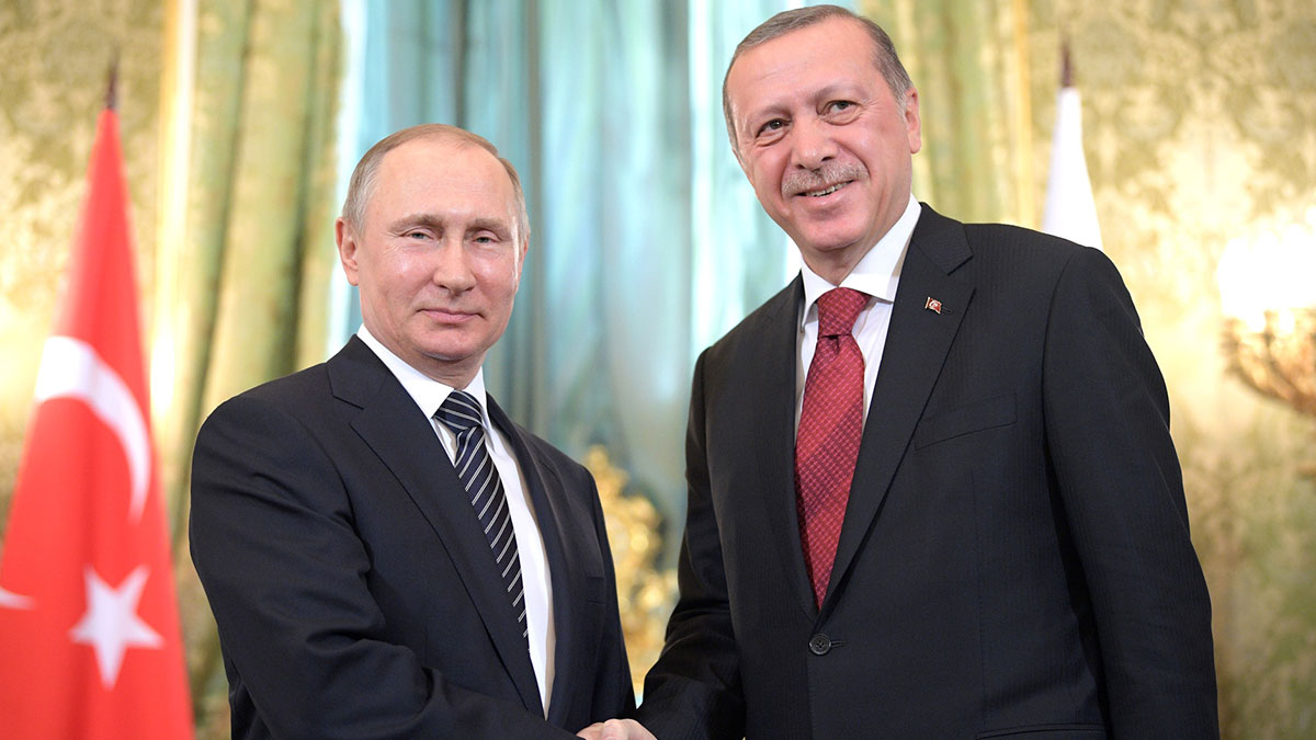 Владимир Путин и Реджеп Тайип Эрдоган жмут руки