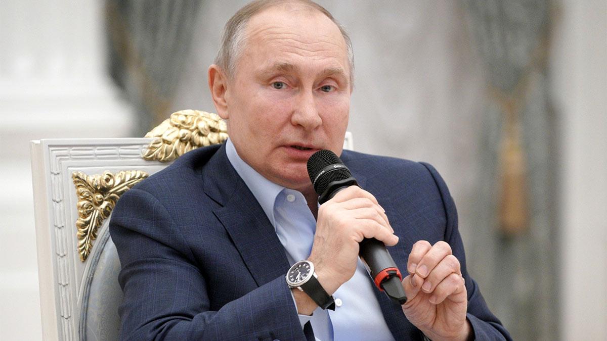 Владимир Путин с микрофоном