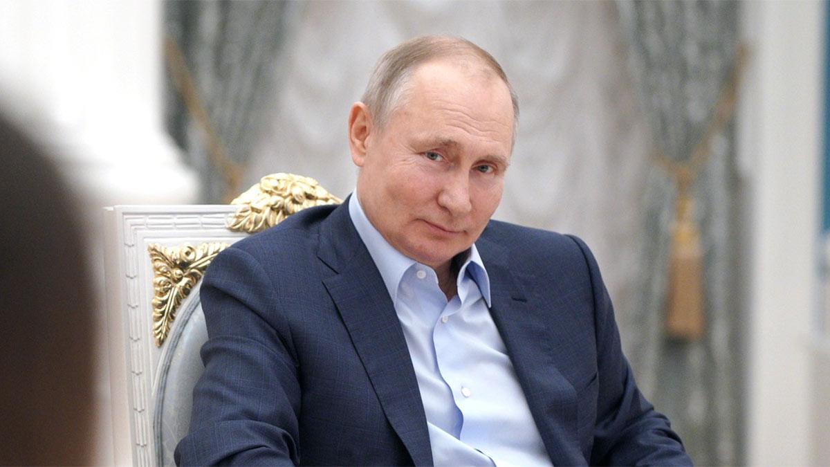Владимир Путин в кресле улыбка взгляд