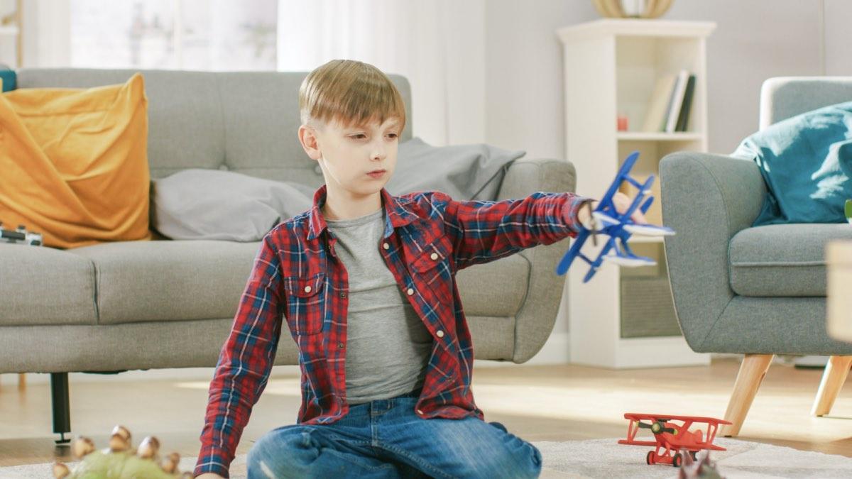 мальчик в квартире играет