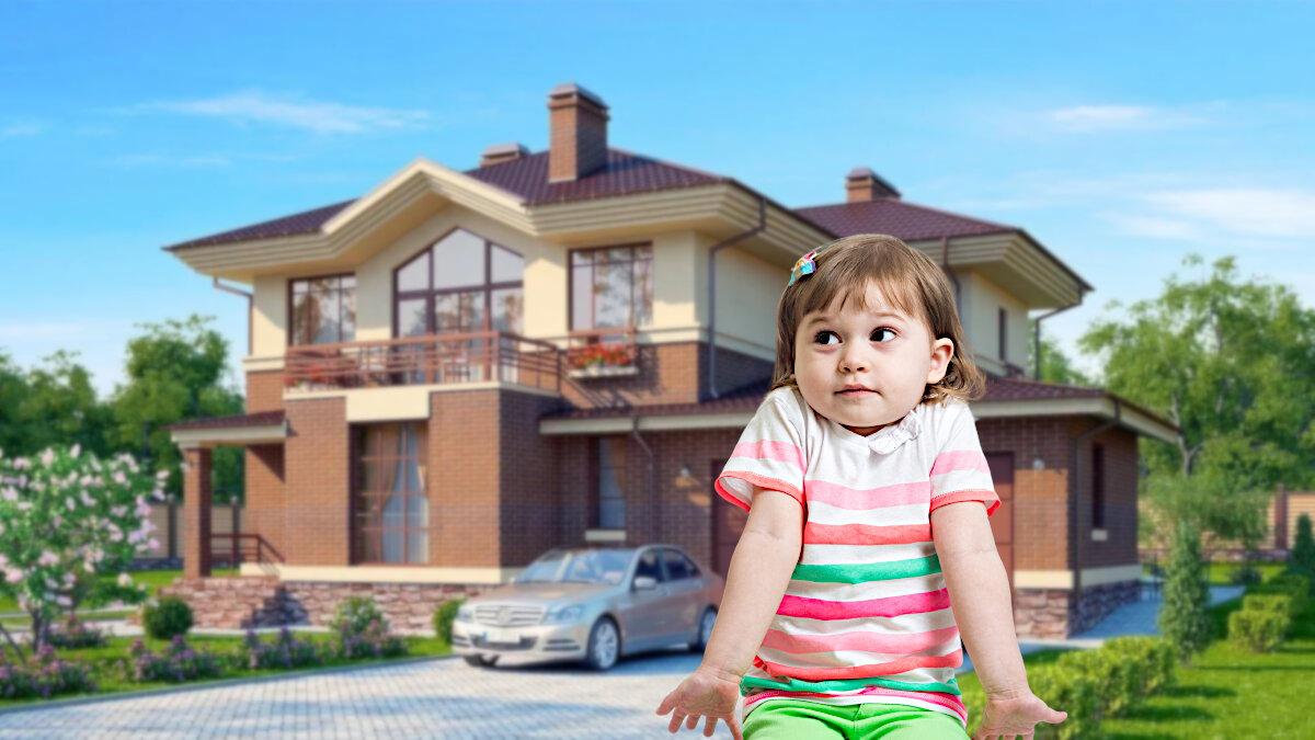 ребенок озадачен на фоне дома