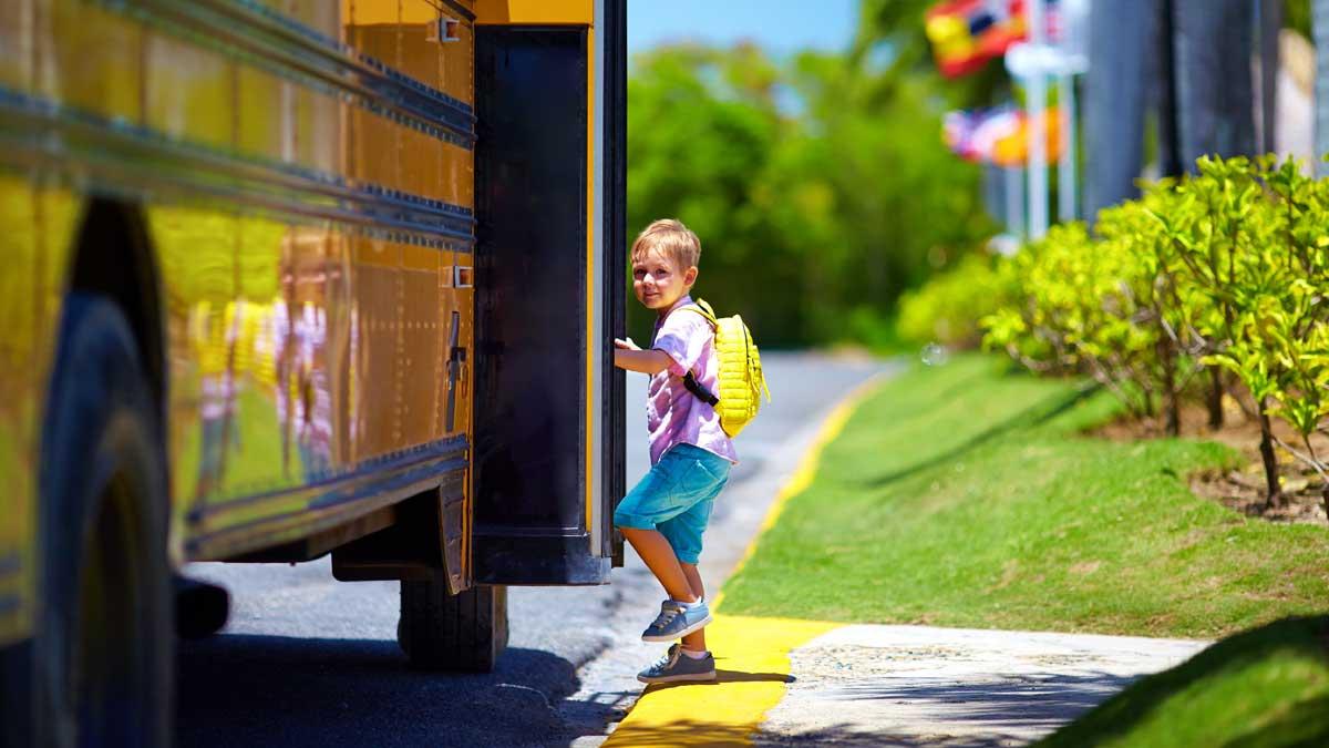 ребенок заходит в автобус школа