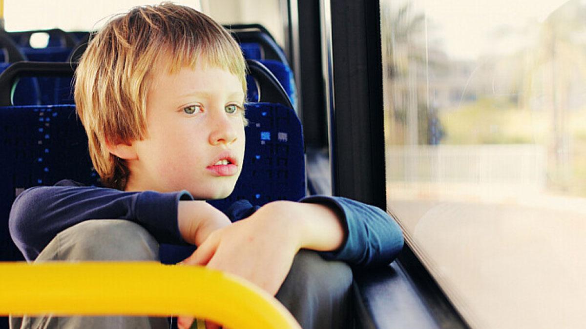 ребенок мальчик в автобусе смотрит в окно