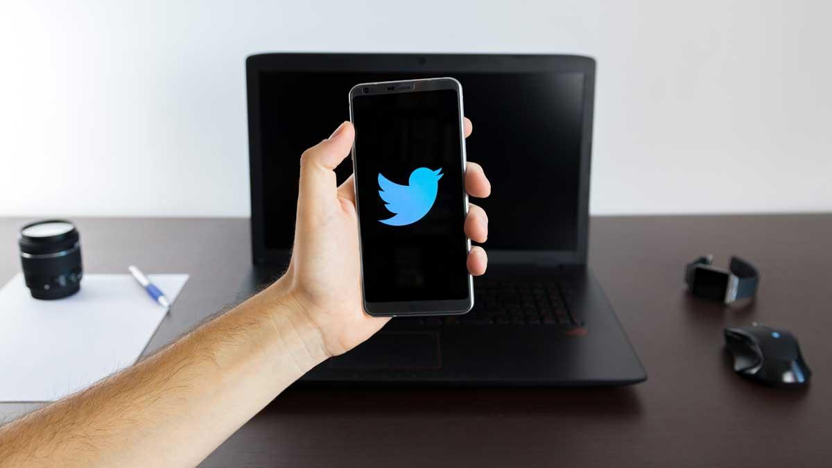 рука телефон твиттер ноутбук стол