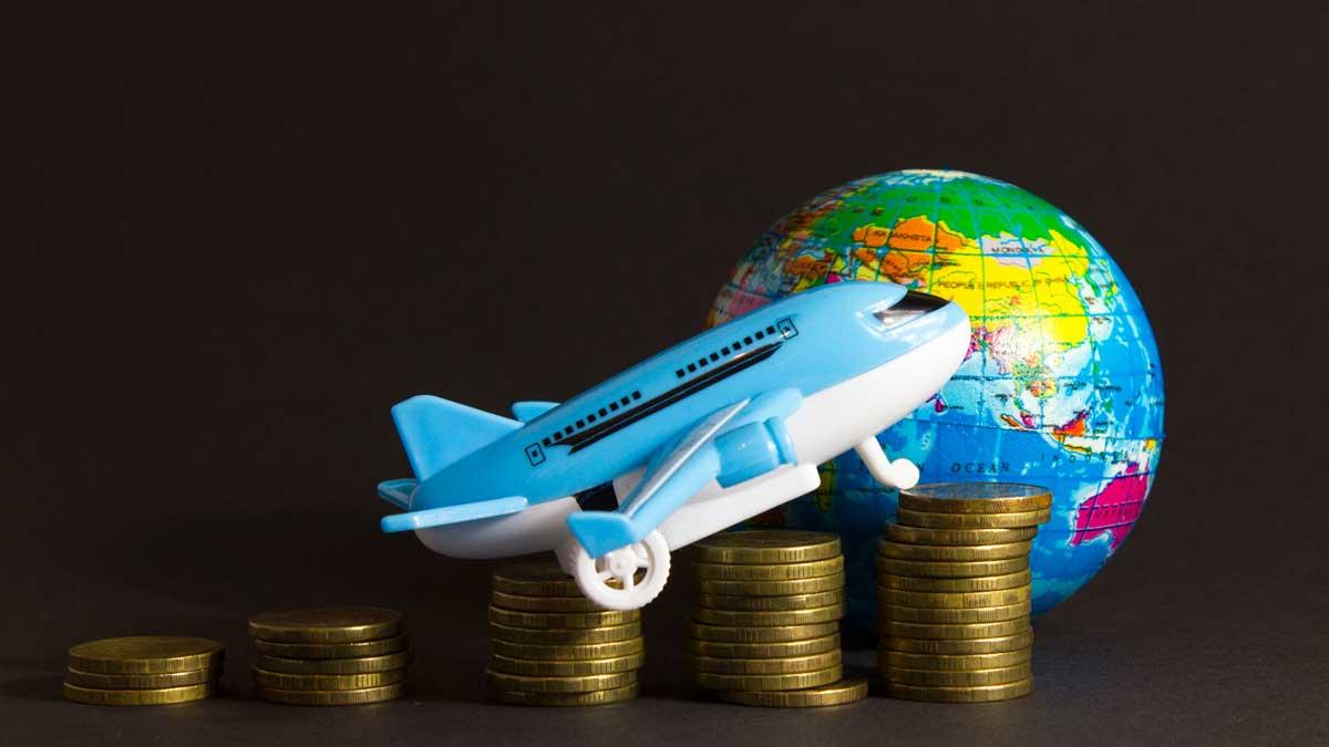 самолет деньги монеты глобус планета земля