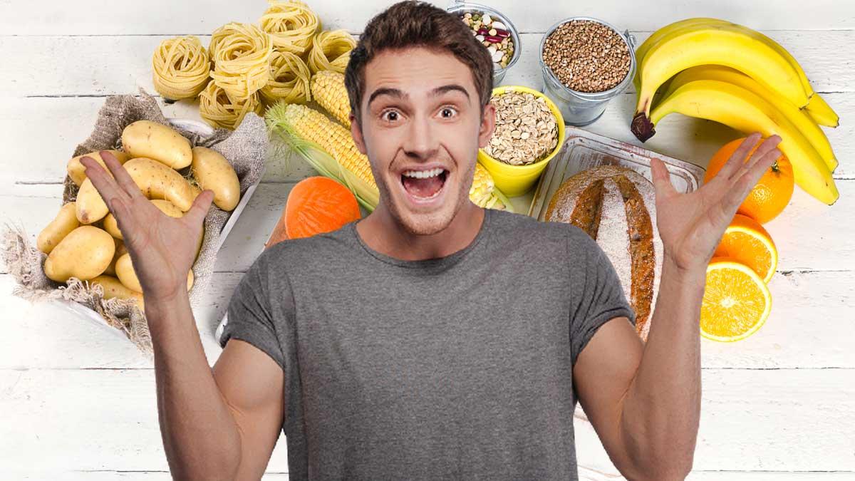 счастливый человек на фоне бананов и картошки