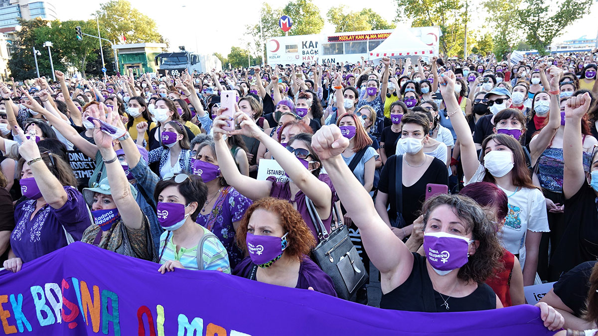 протесты против выхода из Стамбульской конвенции по защите прав женщин