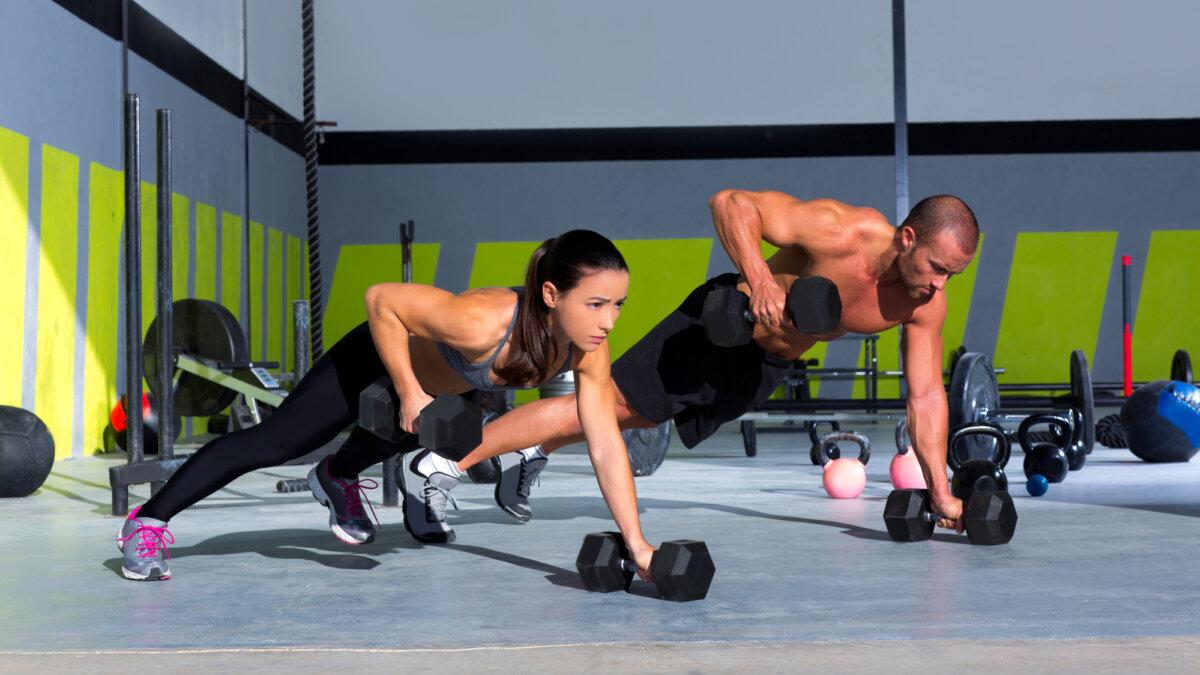 силовая тренировка в спортзале