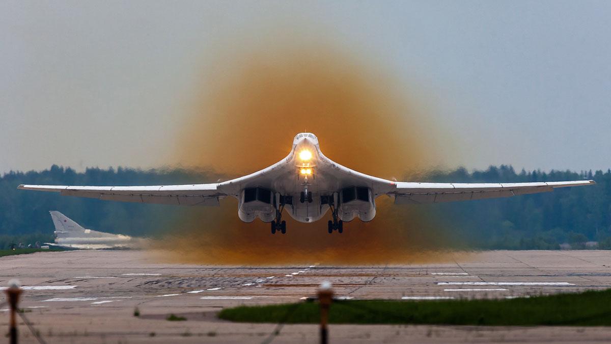 Сверхзвуковой стратегический бомбардировщик-ракетоносец ту-160 взлет посадка