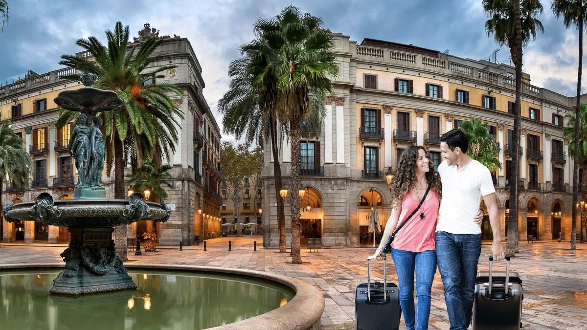 туристы с чемоданами в испании