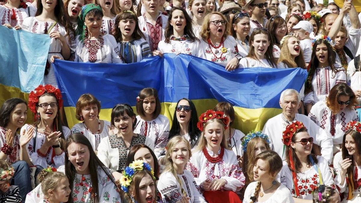 украинки в вышиванках и флаг