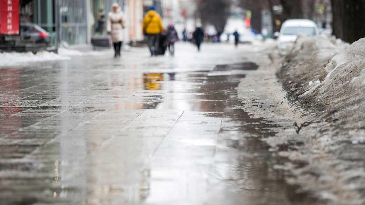 вода тает снег лужа город