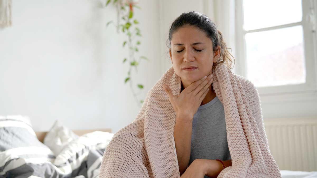 женщина на диване болит горло